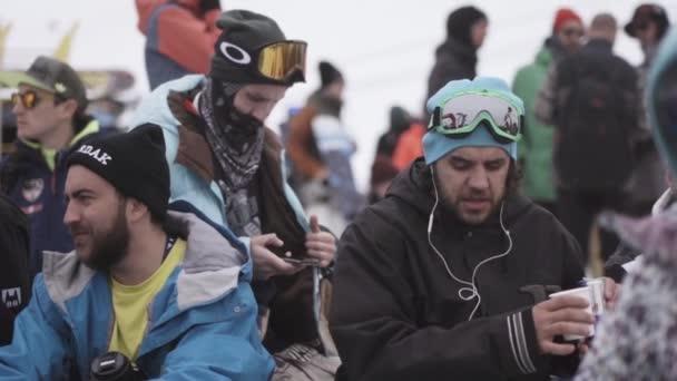 Sochi, Rusko - duben 4, 2016: Snowboardisty a lyžaře, Užijte si akci v encamp. Šťastný muž. Lyžařské středisko. Hory