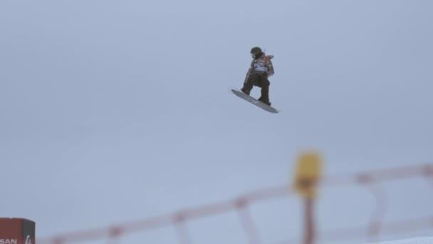 Sochi, Rusko - duben 4, 2016: Snowboardista make plné flip ve vzduchu po skoku. Lyžařské středisko. Extrémní kousek