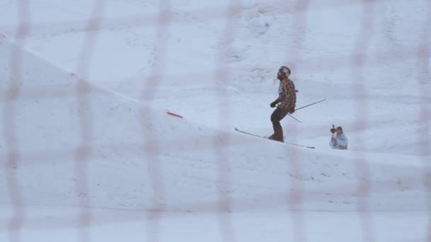 Sotschi, Russland - 4. April 2016: Skifahrer springen vom Sprungbrett, machen Salto in der Luft. Skigebiet. Zaun. Extrem
