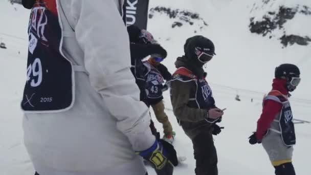 Sochi, Rusko - duben 4, 2016: Snowboardistů pobyt na svahu připravit na jízdu. Lyžařské středisko. Extrémní sport.