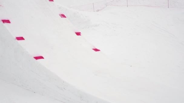 Sochi, Rusko - duben 4, 2016: Snowboardista skočit z můstku, aby plně překlopit ve vzduchu několikrát. Sportovní