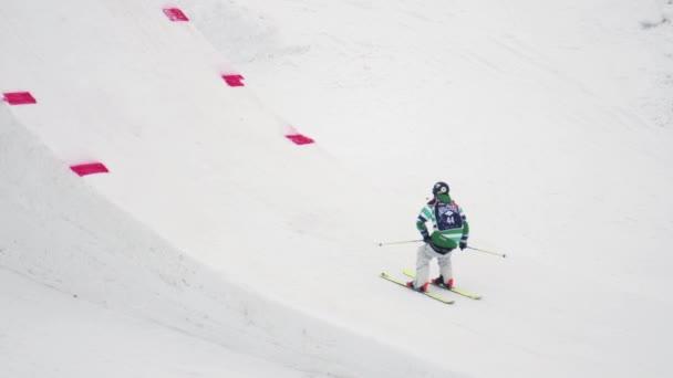 Sochi, Rusko - duben 4, 2016: Lyžař skok z odrazový můstek, značka plná flip ve vzduchu. Extrémní kousek. Lyžařské středisko