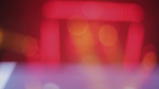 Sochi, Rusko - duben 4, 2016: Reflektory paprsky na párty v nočním klubu. Fandění. DJ hrát na jevišti na gramofon