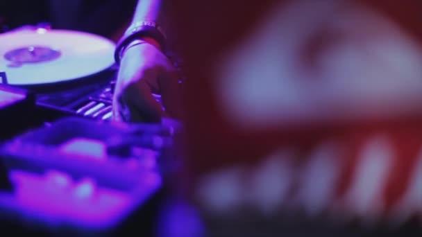 Sochi, Rusko - duben 4, 2016: Dj předení na gramofonu na párty v nočním klubu. Fialová světla. Dovolená. Zábava