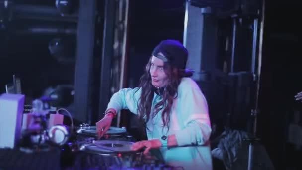 Sochi, Oroszország - 2016. április 4.: Dj lány fonó, lemezjátszó, buli, szórakozóhely. Spotlámpa. Ujjongott. Tánc