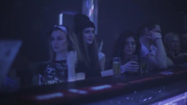 Sotschi, Russland - 4. April 2016: Drei Mädchen trinken Cocktails in der bar Stand auf Party im Nachtclub. Strahler
