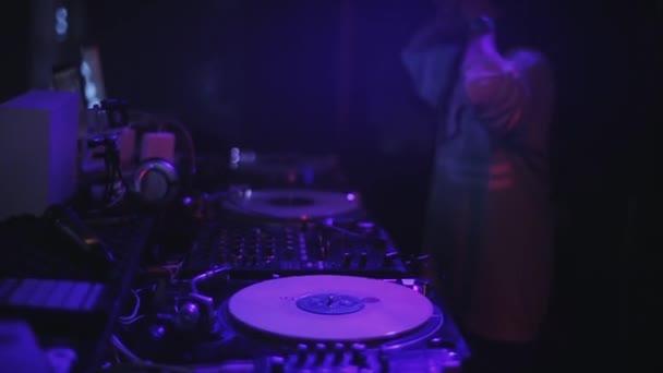 Sochi, Rusko - duben 4, 2016: Dívka Dj sluchátka předení na gramofonu na párty v nočním klubu. Náš tip