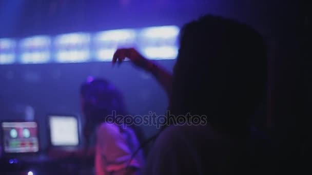 Sochi, Oroszország - 2016. április 4.: Lány tánc a színpadon. Lány dj lemezjátszó fél nightclub. Spotlámpa.