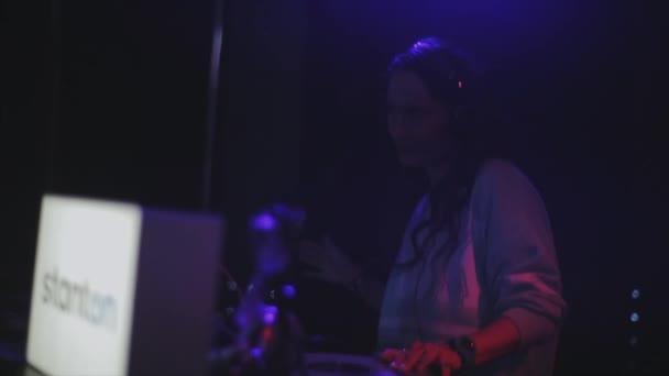 Sochi, Rusko - duben 4, 2016: Dj dívka ve sluchátkách, spinning, tanec na gramofonu na párty v nočním klubu
