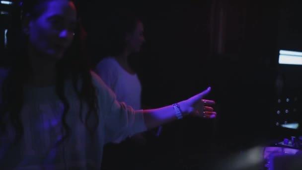 Sochi, Rusko - duben 4, 2016: Dívka Dj sluchátka tančí na gramofonu na párty v nočním klubu. Náš tip