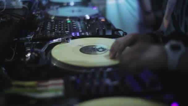Sochi, Rusko - duben 4, 2016: Dj předení na gramofonu na párty v nočním klubu. Bodová světla. Fandění. Svátky
