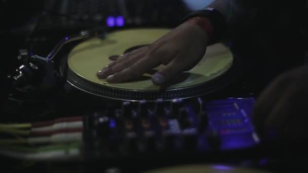 Sochi, Rusko - duben 4, 2016: Dj předení na gramofonu na párty v nočním klubu. Bodová světla. Fandění. Zařízení