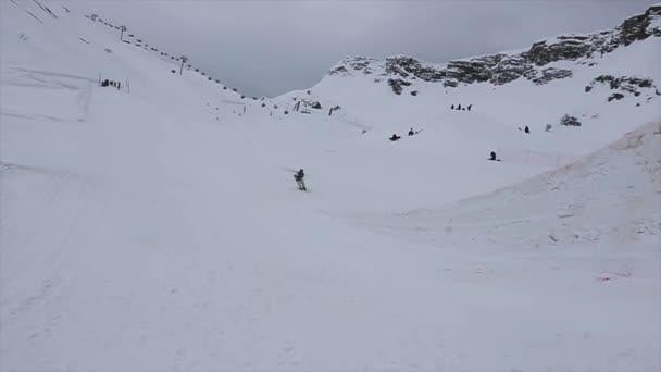 Sochi, Rusko - duben 4, 2016: Lyžař skok z vysokého můstku na lyžařské středisko. Přesvědčte se, extrémní akrobacii. Šedá obloha