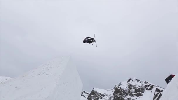 Sochi, Rusko - duben 4, 2016: Lyžař skok z vysokého můstku na lyžařské středisko. Učinit extrémní Salto ve vzduchu