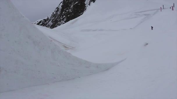 Sochi, Rusko - duben 4, 2016: Snowboardista skok z vysokého můstku na lyžařské středisko. Extrémní flip ve vzduchu