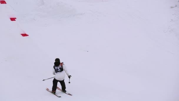 Sochi, Rusko - duben 4, 2016: Lyžař skok z vysokého můstku na lyžařské středisko. Přesvědčte se, extrémní kousek. Krajina