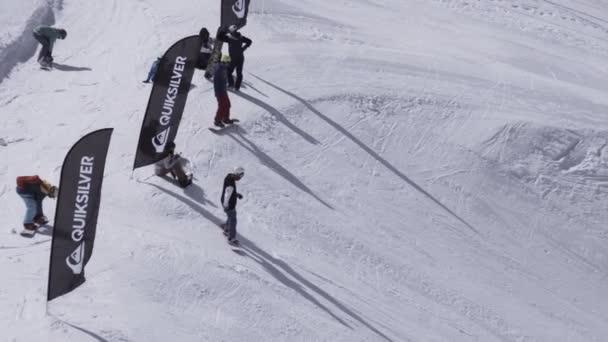 Sochi, Rusko - 1. dubna 2016: Lyžařské středisko. Snowboardista start jízda ze svahu. Skokanské můstky. Bílé hory
