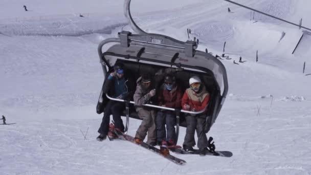 Sochi, Rusko - 1. dubna 2016: Lyžařské středisko. Snowboardisté jezdí na lyžařský vlek. Zasněžená krajina. Jednotný