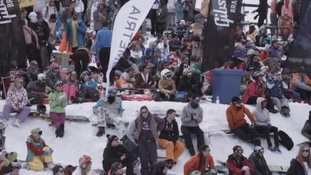 Sochi, Rusko - 1. dubna 2016: Lyžařské středisko. Snowboardisty a lyžaře sledovat něco v encamp. Hory