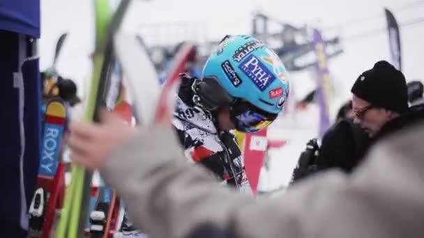 Sochi, Rusko - 6. dubna 2016: Snowboardista Ski Helma kontrola v encamp v lyžařském středisku. Hory. Lidé
