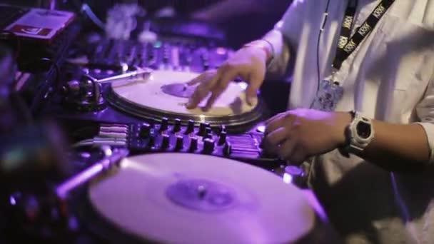 Sochi, Rusko - 8. dubna 2016: Dj předení na gramofonu na párty v nočním klubu. Mirka s mikrofonem. Světla