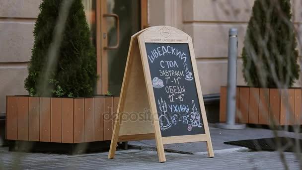 Sochi, Rusko - 8. dubna 2016: Rukopisné ulice menu na tabuli v předních dveří restaurace. Nikdo.