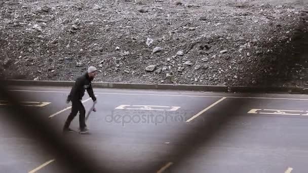 Sotschi, Russland - 8. April 2016: Skateboarder in grauen Hut Reiten auf PKW-Stellplatz, Stunt machen. Skateboard.