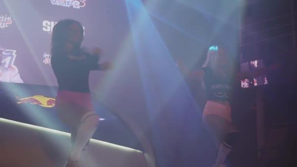 Petrohrad, Rusko - 28 května, 2016: Sexy dívky jít jít v růžové šortky tanec twerk na jevišti v nočním klubu. Náš tip