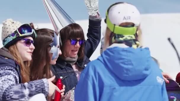 Sochi, Rusko - 7. dubna 2016: Dívky v čepici, rukavice a masky vyrobené z fólie pozice na lyžařské středisko. Zábava.