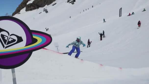 Sochi, Rusko - 7. dubna 2016: Lyžařské středisko. Teen snowboardista skok na můstek. Sunny. Lepenkové kosmický objekt