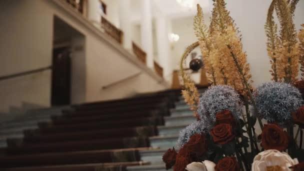 Schodiště s kobercem, staré klasické conert sál chodba, květiny na popředí