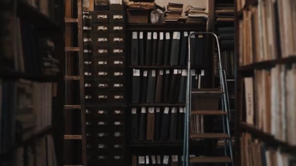 Dolly lövés belső a régi könyvtár komódot Dokumentummappák