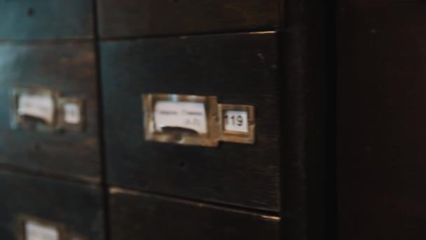 Chiuda in su colpo vecchio archivio caso scatole di legno con etichette numeri e testo russo