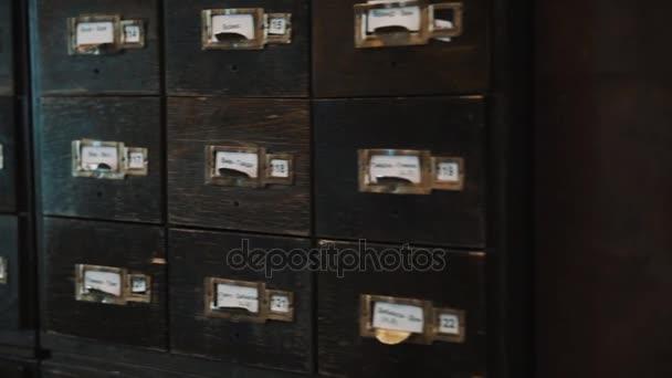 Dolly girato vecchie scatole di case in legno archivio con etichette numeri e testo russo