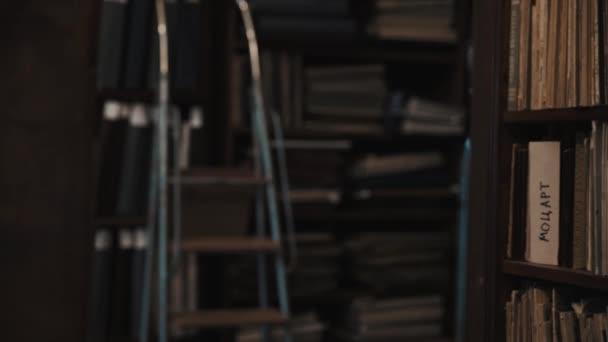 Dolly zastřelil interiéru ze starého archivu regály s knihami, měkký kryt