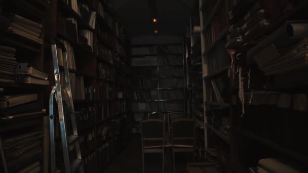 Fluorescenční žárovky svítí ve starém stylu knihovny interiéru. Knihy a složky