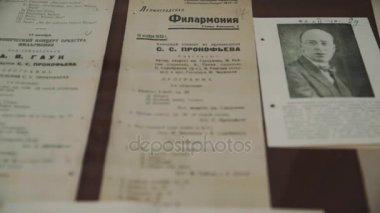 Petrohrad, Rusko - 23. června 2016: Dolly střílel zblízka staré ruské hudební letáky a černobílé fotografie