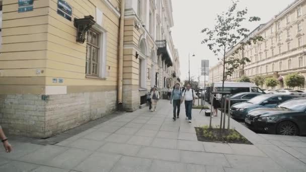 Petrohrad, Rusko - 23. června 2016: Panoramatický snímek z ulice na rohu budovy staré styl architektury starého města