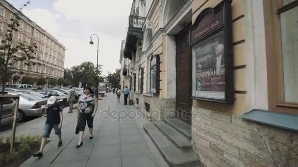 Petrohrad, Rusko - 23. června 2016: Pohybující se zastřelil starých architektura styl divadelní budova, lidé kolem