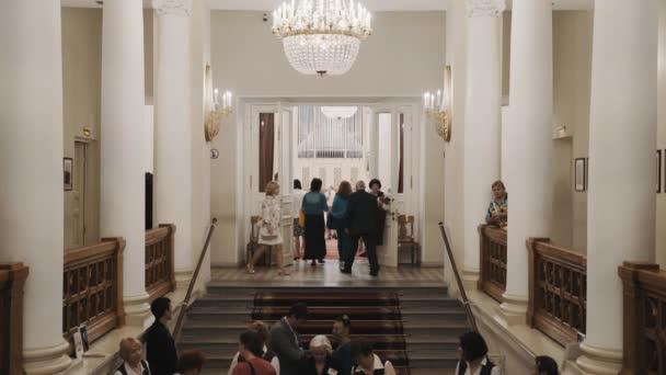 Petrohrad, Rusko - 23. června 2016: Lidé schodech do concerte v sále varhany, klasický starý styl interiéru