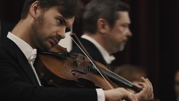 Petrohrad, Rusko - 23. června 2016: Zblízka hudebník v černé sako, bílá košile ladění houslí připravit na koncert