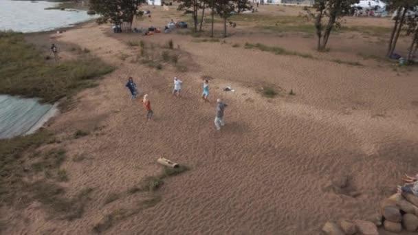 Saint Petersburg, Oroszország - július 30, 2016: Légi felvétel idős emberek csinál jóga gyakorlása a homokos vízpart nyáron