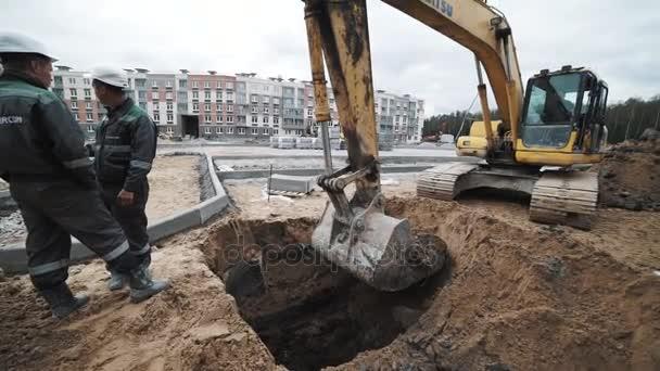 Petrohrad, Rusko - 26 září 2016: Slowmotion žlutý bagr kopat půdy v příkopu na staveništi
