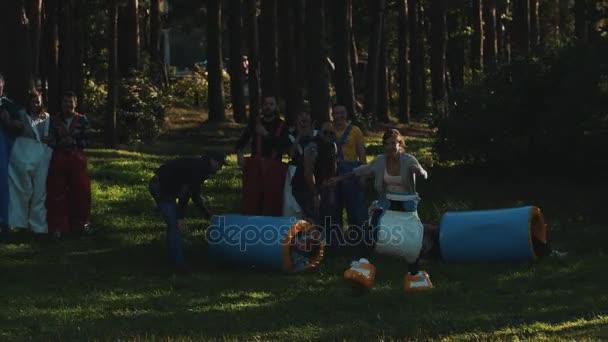Petrohrad, Rusko - 28. srpna 2016: Fun závod během letního festivalu venku. Soutěžící nosí obří srandovní kalhoty