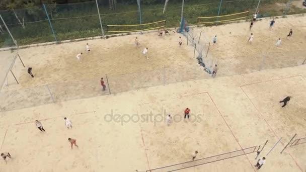 Petrohrad, Rusko - 30. července 2016: Letecký pohled na sportoviště pokryté pískem na okraji lesa. Volejbal, fotbal