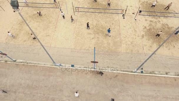 Petrohrad, Rusko - 30. července 2016: antény. Beach hřiště. Lidé hrát basketbal, volejbal a badminton
