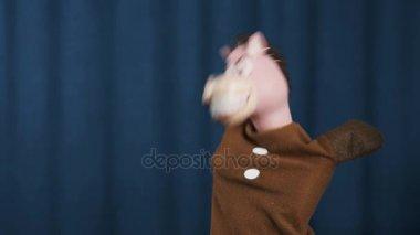 Koně maňáska kroutil hlavou spinning na scéně s modrým pozadím