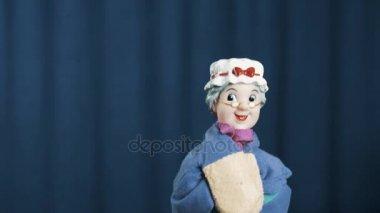 Maňáska věku žena třese hlavou a aktivně break tance na modrém pozadí