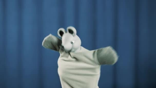 Myší maňáska hračka chůze schody na scénu mávat a luky na modrém pozadí