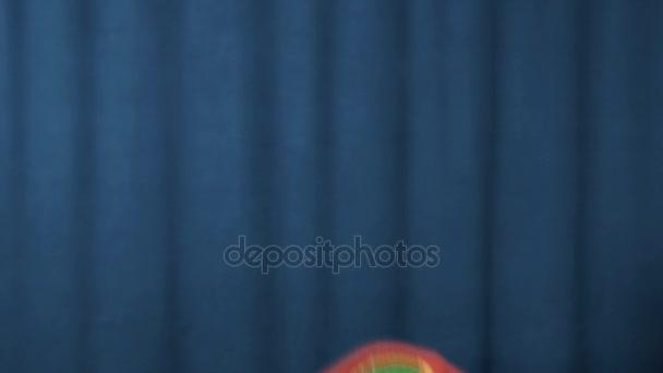 Kohouta maňáska objeví a zmizí ruce šíří na modrém pozadí